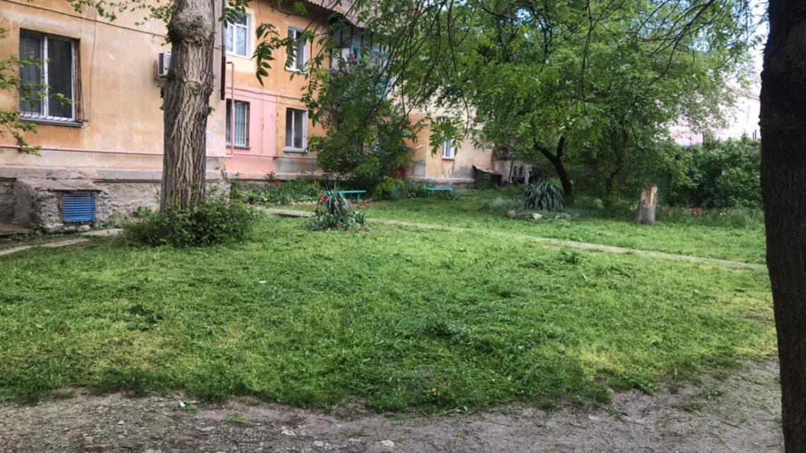 Продолжается покос травы на придомовой территории подведомственного жилого фонда