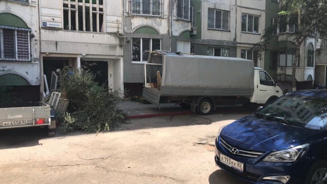 Убрали габаритный мусор возле Ворошилова, 31