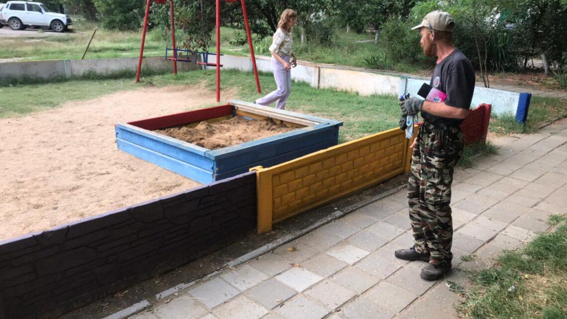 Покрасили детскую площадку на Ворошилова, 33